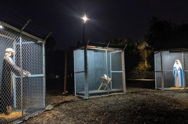美國加州克萊蒙一座教堂的耶穌誕生場景引起爭議,襁褓中的耶穌也關在鐵籠(中)。(擷自影片)