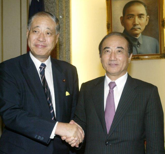 圖為2008年時,當時的立法院長王金平(右)接見前日本防衛省大臣玉澤德一郎(左)眾議員,兩人愉快握手交換意見。本報系資料照片/記者邱勝旺攝影