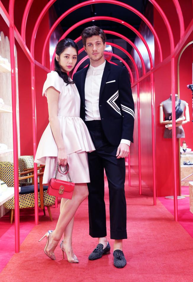 女模演繹Christian Louboutin PVC跟鞋、紅色Elisa Mini手袋,身穿Dice Kayek裙裝;男模詮釋流蘇平底鞋,身穿Neil Barrett西裝(服裝皆One Fifteen初衣食午提供)。記者徐兆玄/攝影