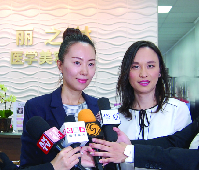 院長Dr. Iris Ko(圖右)與金牌注射師Kelly Ling(圖左)接受採訪。