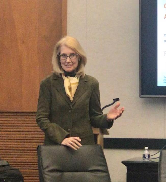移民律師帕瑟(Jennifer G.Parser)介紹當天講員。(記者王明心/攝影)