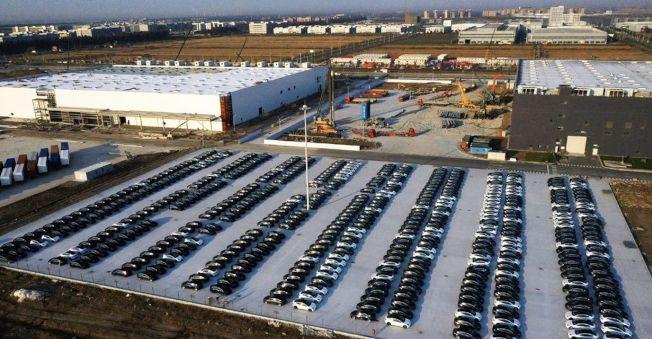 特斯拉上海工廠停車場停滿了中國製造Model 3。(取材自推特)