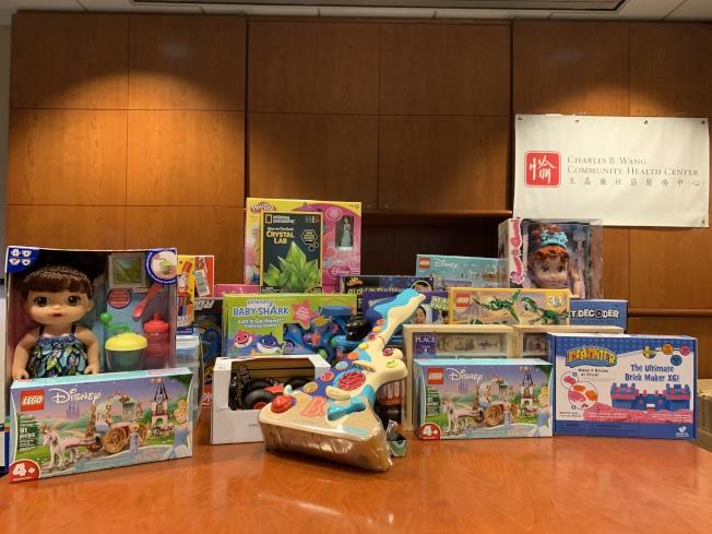 法拉盛商改區10日到王嘉廉社區醫療中心派發節日玩具。(記者賴蕙榆/攝影)