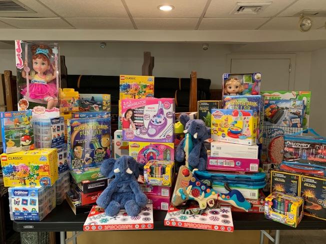 法拉盛商改區第四年舉辦玩具贈送活動,為王嘉廉社區醫療中心、紐約長老教會皇后醫院,以及基督教角聲佈道團派發120份禮物。(商改區提供)