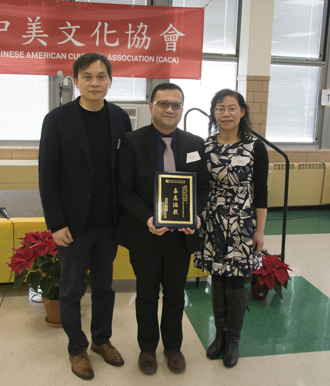 戴松昌(左)代表新州僑社與僑教界,致贈「嘉惠僑教」感謝獎牌給即將榮調英國服務的葉帝余(中)。(圖:中美文化協會提供)