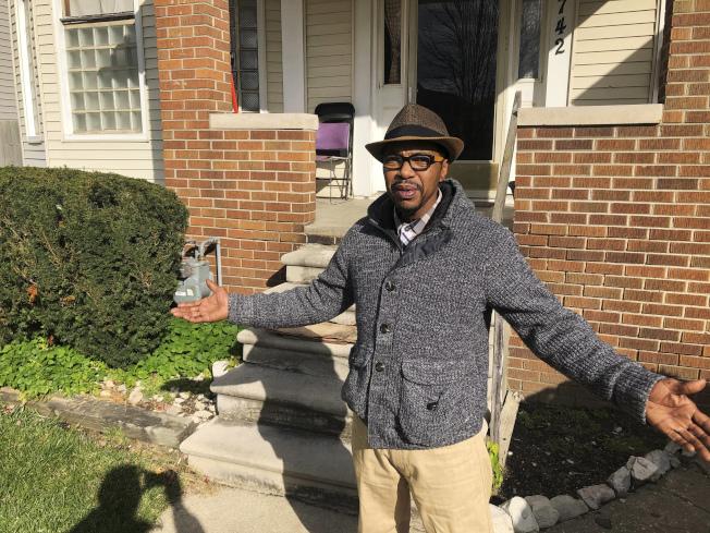 底特律居民瓊斯站在他家外面說,該市居民須在人口普查中被算進去,但是他的鄰居害怕陌生人,不會隨便開門。(美聯社)