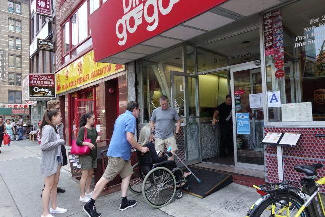 華埠商家為殘障者提供進出坡道,以符合殘保法規定。(本報檔案照)