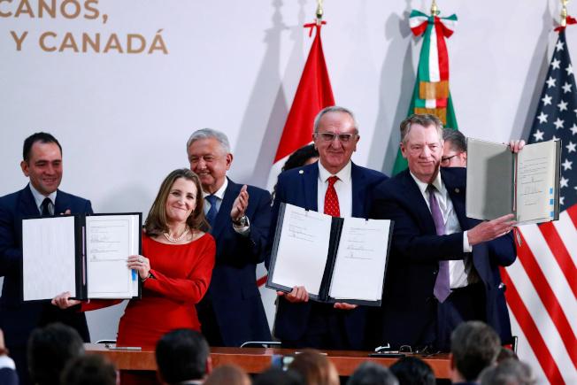 美國貿易代表賴海哲(前排右起)、墨西哥副外長施雅德、及加拿大副總理方慧蘭簽署美墨加貿易協定。(路透)