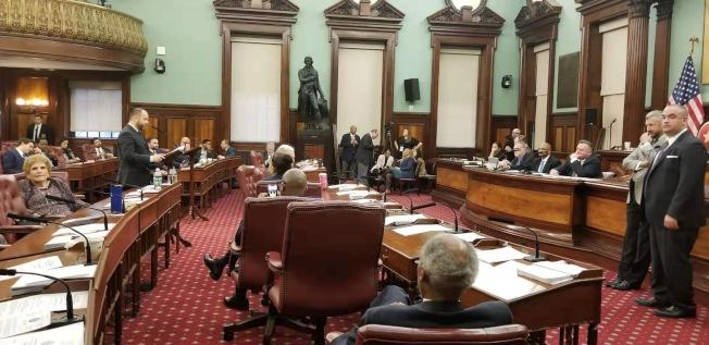 市議會10日舉行全體會議通過多項法案,包括要求市警局將所有違規停車並阻擋人行道、斑馬線、消防栓、公車道的車輛拖走。(記者和釗宇/攝影)