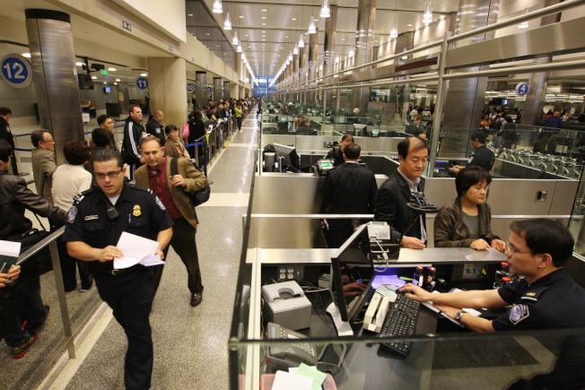 如今持有美國簽證已經不是能順利入美境的象徵,海關嚴格的入境審查讓不少華人訪客、學子都心生忌憚。(圖片源自網路)