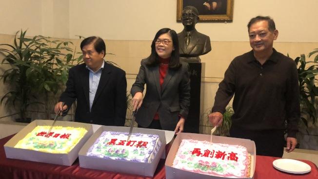世界日報總編輯張耀民(左起)、,洛杉磯世界日報社長于趾琴、,行政部副總經理高同連。(記者王若然/攝影)