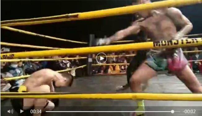 格鬥賽現場,小龍(左)在比賽進行36秒後倒下。(視頻截圖)