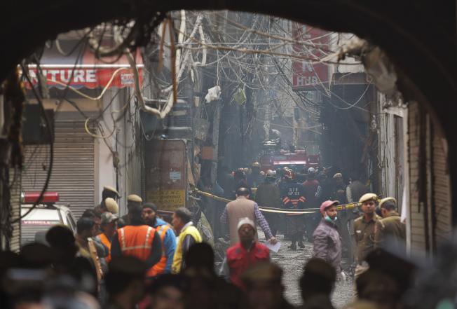 德里警消派出50輛消防車與150名打火隊員,但卻都被狹小巷弄與「違章建築群」阻礙而不得其門而入。 (美聯社)