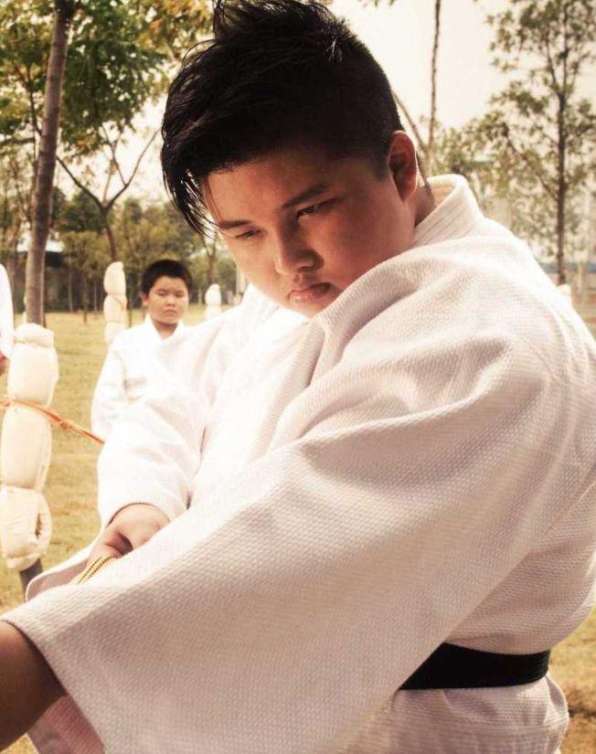 《長江7號》暴龍是由姚文雪女扮男裝飾演。(取材自微博)