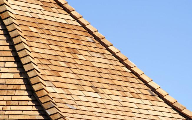 木質瓦片的使用歷史悠久,也別具自然風格。(取自HomeDepot官網)