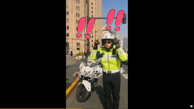 公安用動作表示胡歌沒戴頭盔。(取材自微博)
