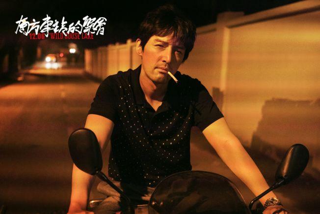 胡歌在戲中未戴頭盔駕駛電單車。(取材自豆瓣電影)