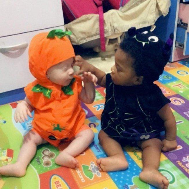 史黛西2月產下一對「一黑一白」的雙胞胎,大衛因患有白化症才使他與家人的膚色不同。取材自Metro