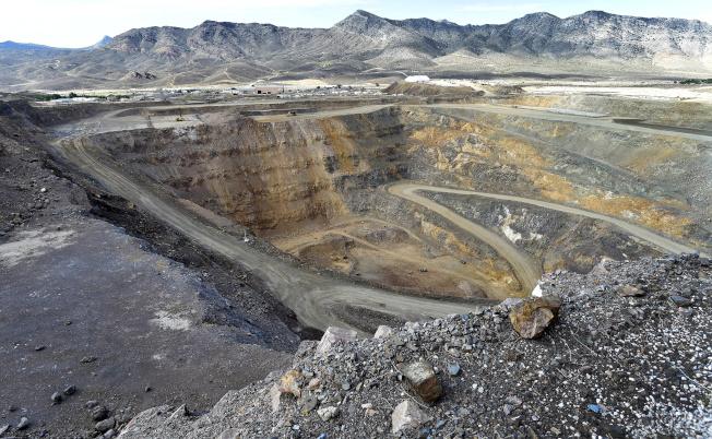 路透報導,美國軍方計畫出資興建稀土處理設施。圖為示意圖,美國加州芒廷帕斯一個稀土廠的露天採礦設施,並非文中所提試驗廠。路透