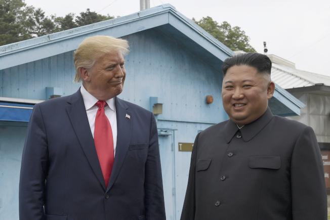 美國總統川普(左)警告北韓領導人金正恩(右)若恢復敵對恐失去一切。圖為兩人6月30日在南北韓的非軍事區見面。美聯社