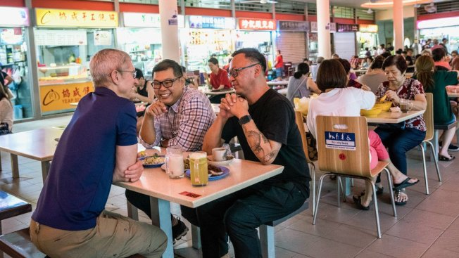 庫克到新加坡傳統市場早餐。取材自推特