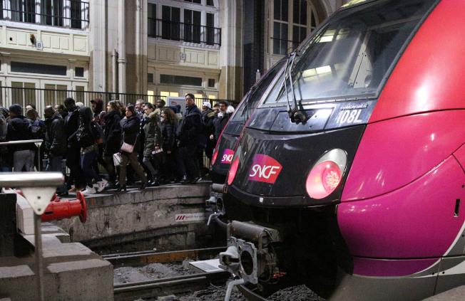 12月10日,在法國巴黎一個火車站,剛下火車的乘客走出月台。法國全國跨行業大罷工及遊行10日繼續舉行,交通、教育等多個行業受到影響。新華社