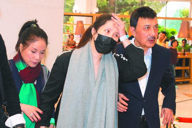 余苑綺(中)產後直腸癌復發,讓余天(右)、李亞萍擔心不已。本報資料照片