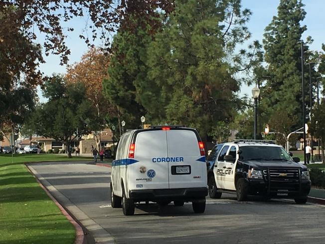 洛杉磯縣驗屍官辦公室將屍體運走。(記者王全秀子/攝影)
