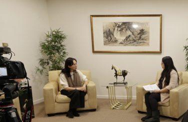 李佳芬(左一)接受世界日報專訪。記者呂賢修/攝影