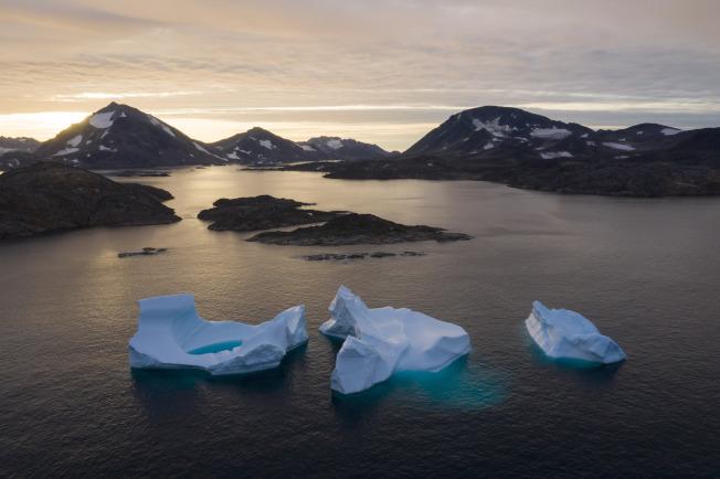 根據北極年度報告,不只是海冰消退,格陵蘭島的冰同樣在融化,導致全球其他地區海平面上升。圖為今年8月16日格陵蘭島的Kulusuk附近冰山。美聯社