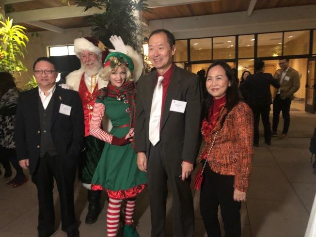 中國國際航空公司北美地區總部總經理池志航(右二)10日和來賓合影。(記者張宏/攝影)