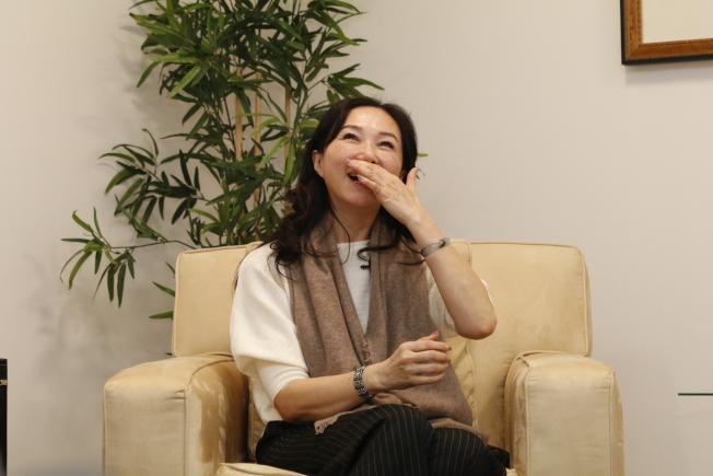 李佳芬受訪時談及趣事,摀嘴而笑。(記者呂賢修/攝影)