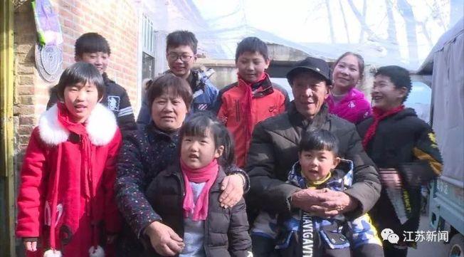 蔡洪運、王慶平和現在照顧的八個孩子。(取材自江蘇新聞)