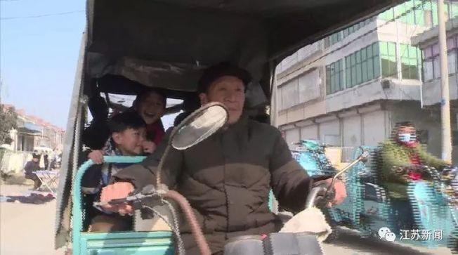 每天中午,蔡洪運騎三輪車送孩子們從幼兒園回家。(取材自江蘇新聞)