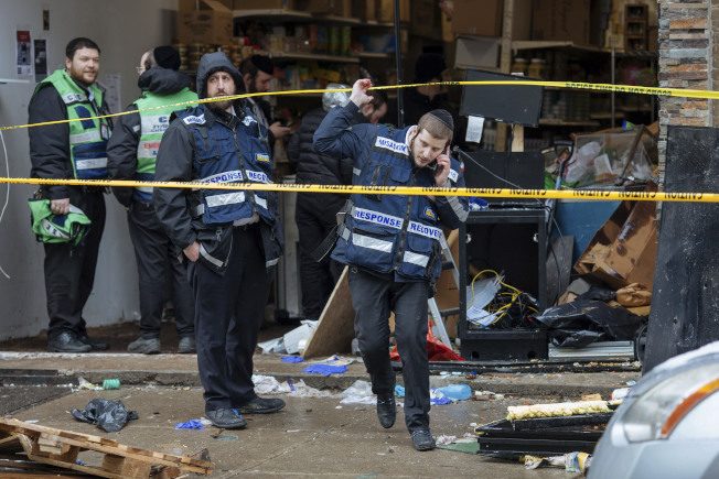 新州澤西市當局11日派員清理槍案現場。(美聯社)