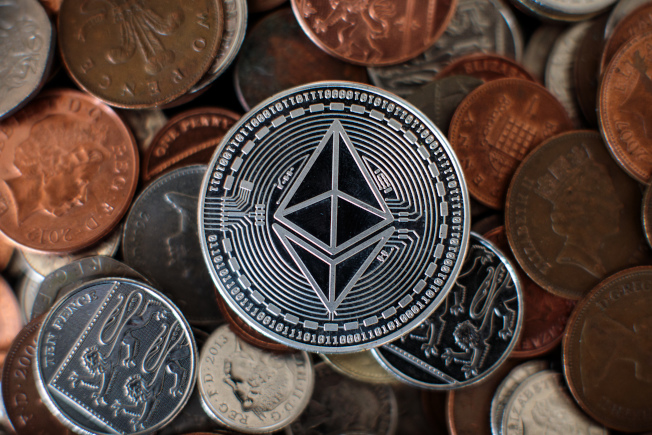 三名男子被控經營加密貨幣挖礦行動,官員稱這起「高科技龐氏騙局」騙走投資人7億2200萬元,三人已遭逮捕。(Getty Images)