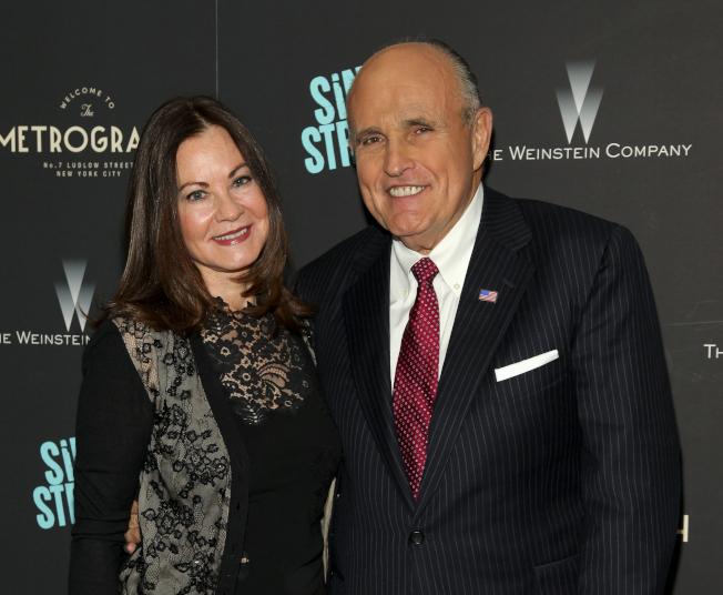 前紐約市長朱利安尼(右)和第三任妻子茱迪絲.朱利安尼(左)達成離婚協議,結束15年婚姻。(美聯社)