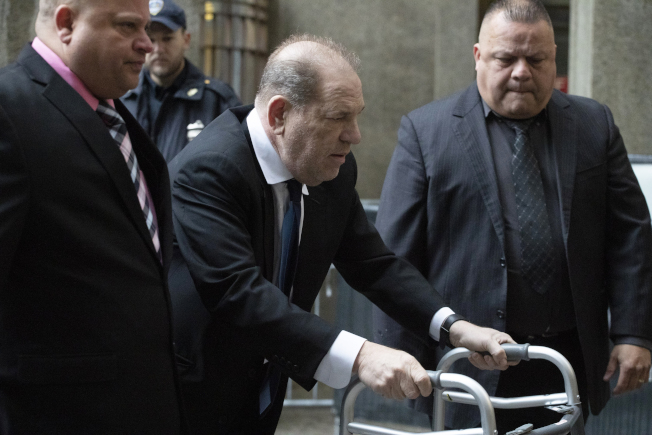 溫斯坦聲稱身體不適,推著助行器離開法院。(美聯社)