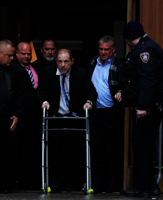 神色蒼老的溫斯坦聲稱身體不適,推著助行器離開法院。(美聯社)