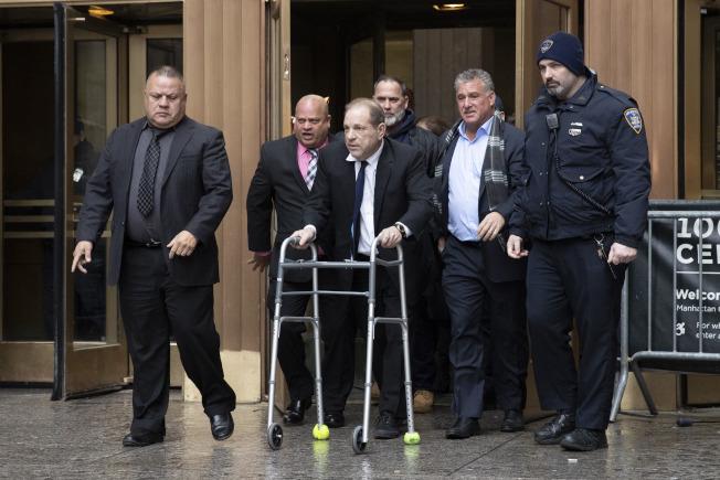 「好萊塢淫魔」溫斯坦 一再動手腳使電子腳鐐失去功能,促使法官11日下令把他的保釋金從100萬元提高到500萬元。圖為溫斯坦推著助行器離開法院。(美聯社)