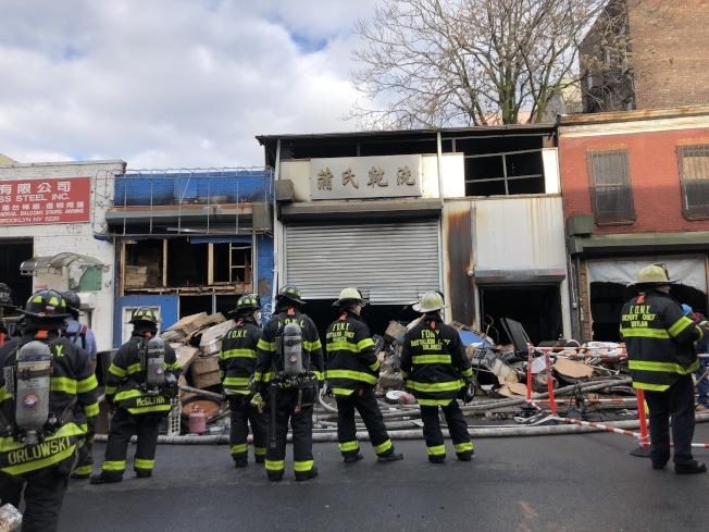 布碌崙日落公園一家華人經營倉庫11日早晨疑因電線短路,爆發四級火災。(記者顏潔恩/攝影)