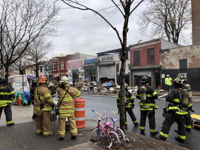 消防局出動逾160名消防員到場救援。(記者顏潔恩/攝影)