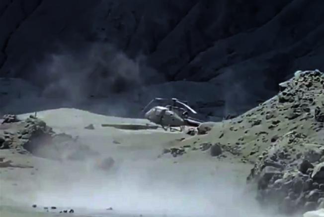 紐西蘭懷特島火山爆發至今兩天,一名到場參與救援的直升機飛行員形容,現在島上宛如車諾比核爆,舉目所見全被火山灰覆蓋。(取材自推特)