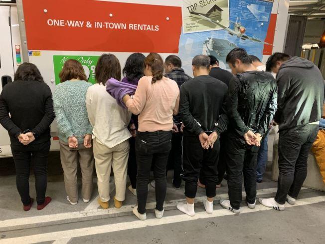 五女六男11名中國公民偷渡者被CBP執法官員截獲。(CBP提供)