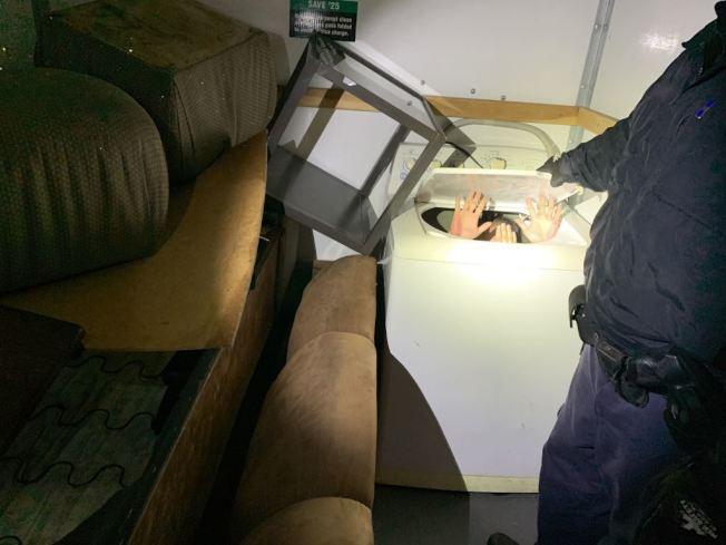 偷渡者藏於洗衣機。(CBP提供)