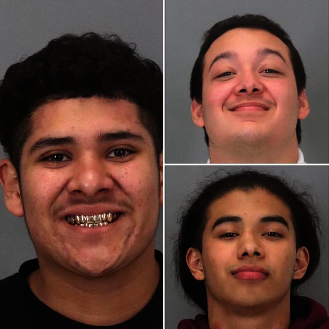 密爾比達逮捕三名武裝搶劫的嫌犯,警察拍照時三人笑得十分燦爛,非常荒唐。(密爾比達警局提供)