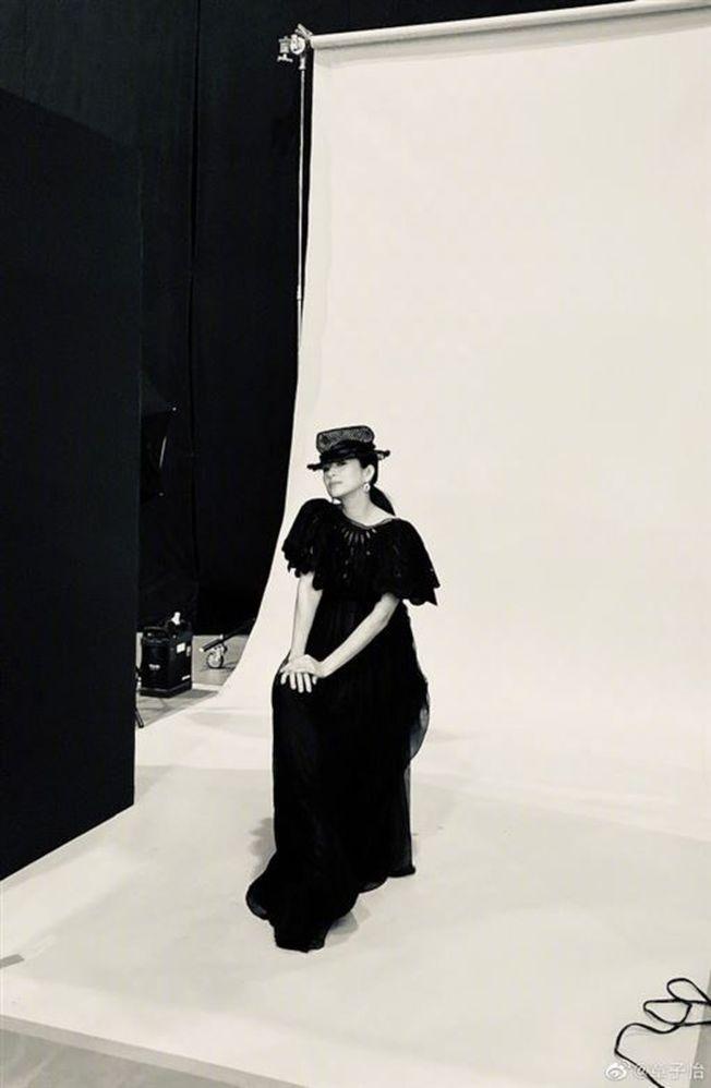 章子怡在微博PO出孕期工作照。(取材自微博)