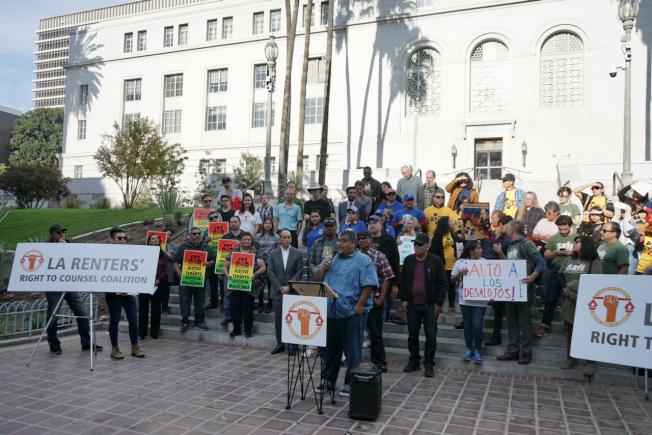房客維權團體11日齊聚洛杉磯市政廳,提六大訴求。(記者陳開/攝影)