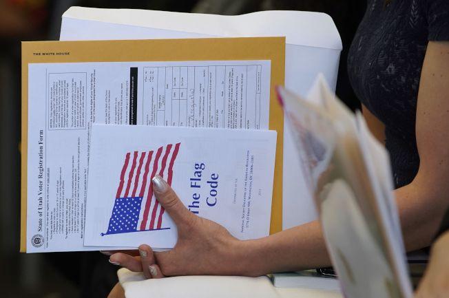 移民局公布具體標準,必須有良好道德才能入籍。圖為移民在猶他州鹽湖城宣誓成為美國公民。(Getty Images)