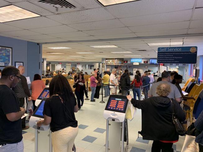 紐約州DMV訂於12月14日起接受無證移民申請駕照,圖為長島的一間DMV辦公室。(記者曹健╱攝影)